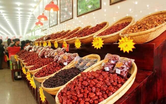 Uma mulher da etnia Hui vende macarrão na Rua Muçulmana