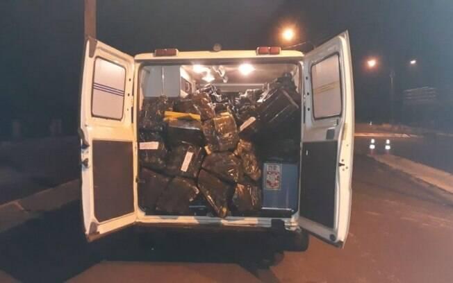 Polícia encontrou fardos de maconha na ambulância.