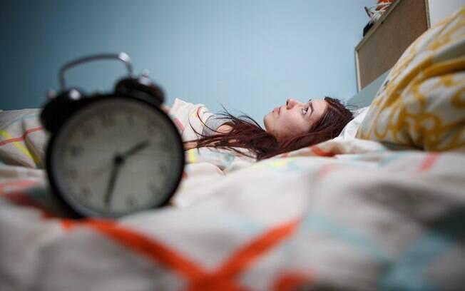 Noites de insônia ou ficar acordado até mais tarde para estudar ou trabalhar está fazendo seu cérebro queimar