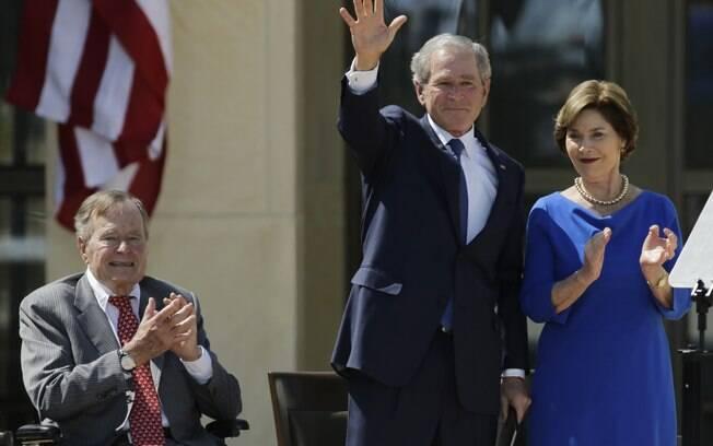 Ex-presidente dos EUA George H.W. Bush (E) aplaude com Laura Bush depois de discurso de ex-presidente George W. Bush em inauguração de seu centro presidencial