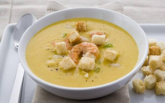 Apesar de ter uma série de etapas, o tempo de preparo da receita da sopa de feijão branco com camarões não passa de 30 minutos