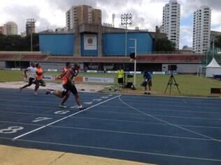 Em sua estreia nos 400 metros, Felipe de Souza Gomes deixa os adversários para trás e fatura o ouro