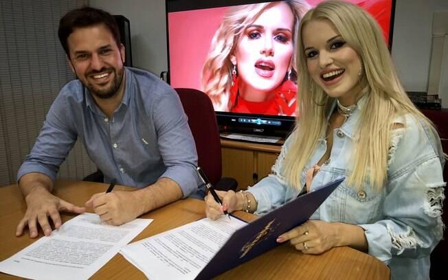 Miguel Cariello e Francinne durante a assinatura do contrato