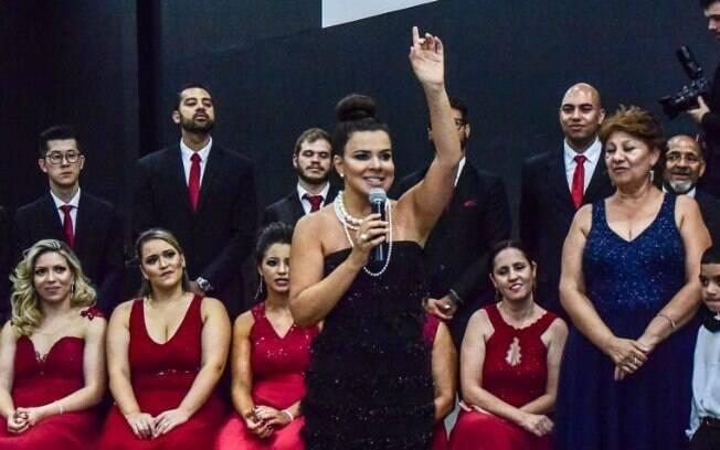 Mara Maravilha faz surpresa para noivos