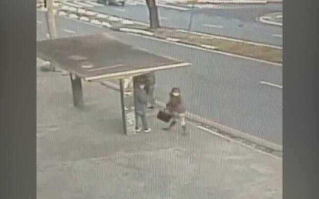 Câmera registra assalto em ponto de ônibus no Ouro Verde