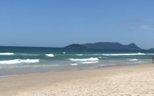 Ondas fortes e águas geladas marcam esta praia, entre as praias de Santa Catarina