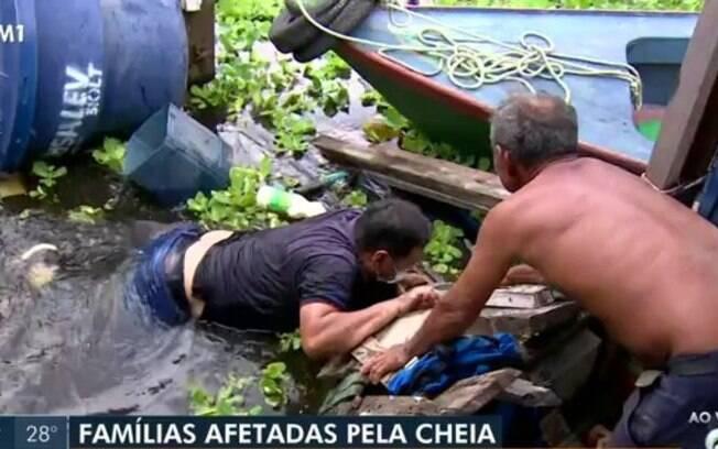 Equipe de jornalistas da Globo sofre acidente, despencam de ponte ao vivo e emissora corta sinal