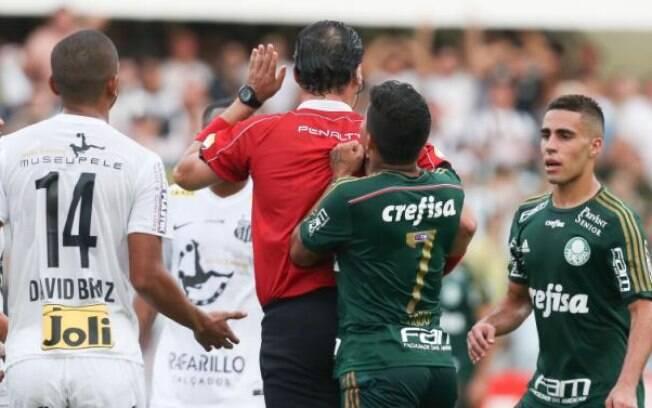 Atacante Dudu empurra árbitro Guilherme Ceretta na final do Paulistão 2015