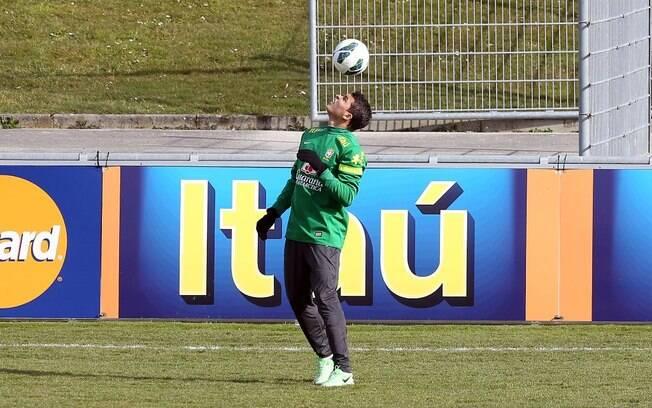 O zagueiro Thiago Silva controla a bola  durante o treinamento. Ele deve retornar à equipe  contra a Rússia