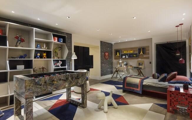 Assinado pela designer de interiores Patrícia Pasquini, o Quarto do Menino tem 40 m² e foi idealizado para um garoto de nove anos. O espaço reúne cama, área de lazer e de estudos