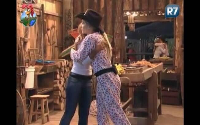 Raquel abraça e beija Joana depois de passar o chapéu de Fazendeira para ela