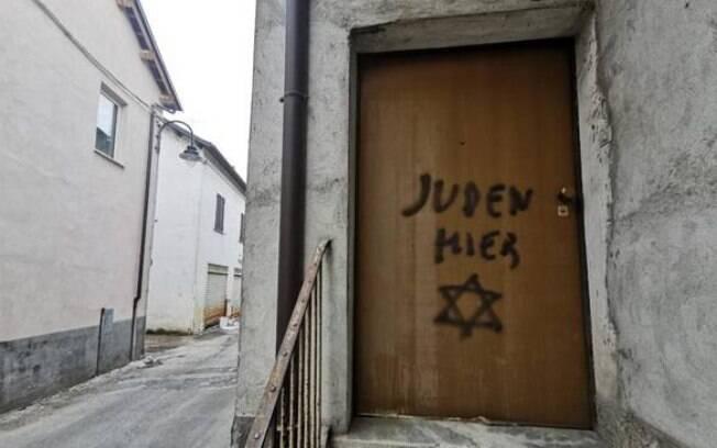 Pichação antissemita no norte da Itália, na casa do filho de uma sobrevivente de Auschwitz