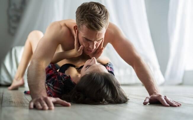 Se a cama é barulhenta, uma opção é fazer o sexo no chão
