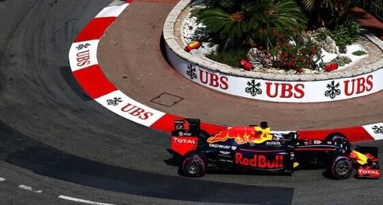 Daniel Ricciardo ganha primeira pole da carreira