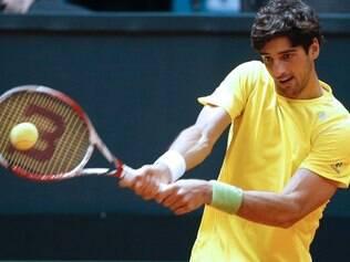O brasileiro Thomaz Bellucci devolve a bola a Roberto Bautista Agut, da Espanha, durante o Grupo Mundial da Copa Davis
