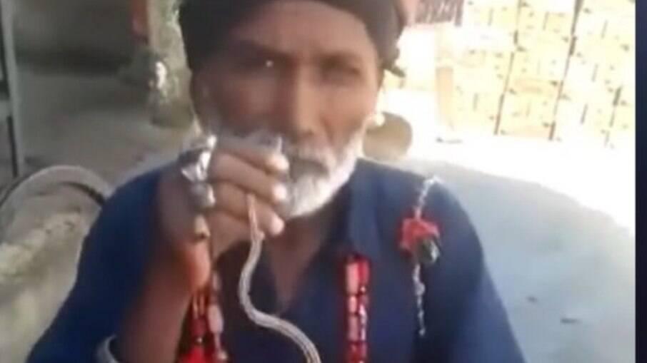 Homem enfia cobra no nariz e retira pela boca; vídeo viralizou na internet