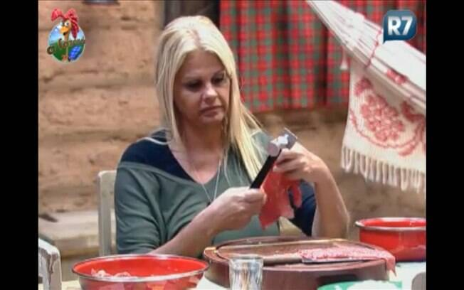 Monique prepara bifes para ela e Dinei