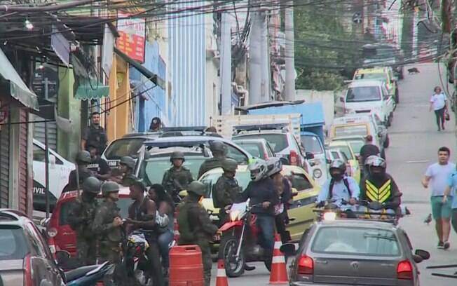 Policiais fecharam vias e revistaram quem entrava e saia das comunidades.