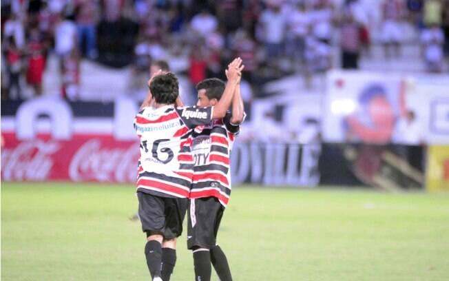 Jogadores do Santa Cruz celebram gol de  Renatinho no clássico pernambucano contra o  Náutico