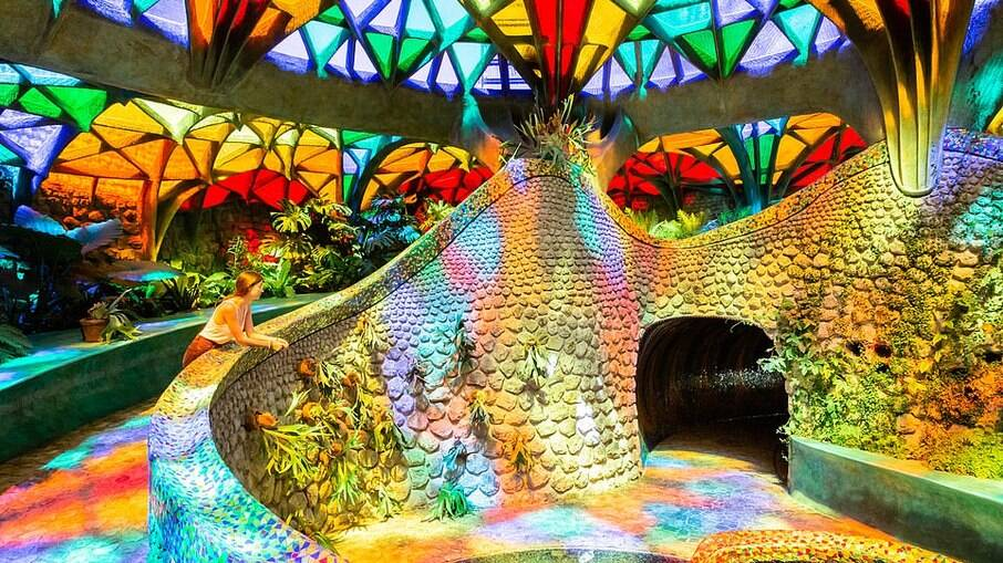 Jardim interno iluminado por claraboia colorida gigante é um dos destaques da casa
