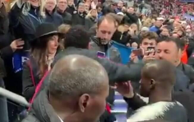 Momento em que Neymar agride um torcedor