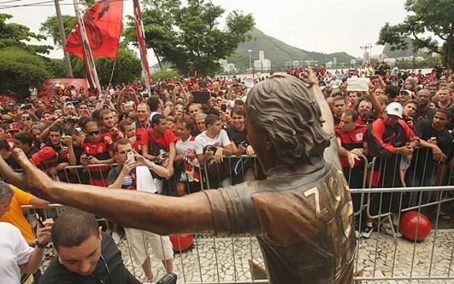 Multidão acompanhou inauguração de estátua no  ídolo