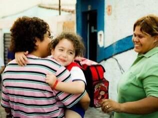 Janaína e Iara deixam Kaylla na escola: mensagens da professora são endereçadas às