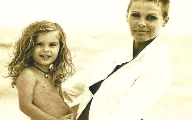 A modelo Bárbara Evans, hoje com 21 anos, no colo da mãe, a apresentadora Monique Evans