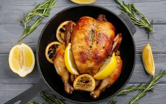 Um dos segredos para não errar no preparo do frango assado é tomar cuidado com os temperos e colocar limão siciliano