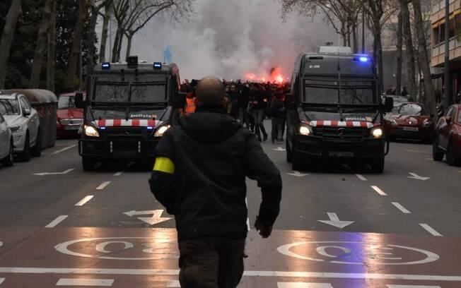 Confronto entre torcedores do Lyon e polícia da Catalunha deixa cinco feridos e três detidos