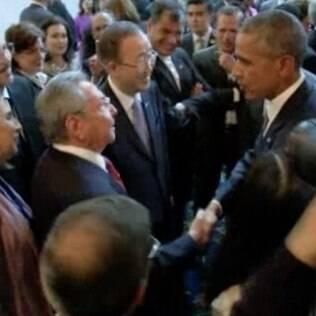 Barack Obama e Raúl Castro se cumprimentaram no primeiro dia da Cúpula das Américas