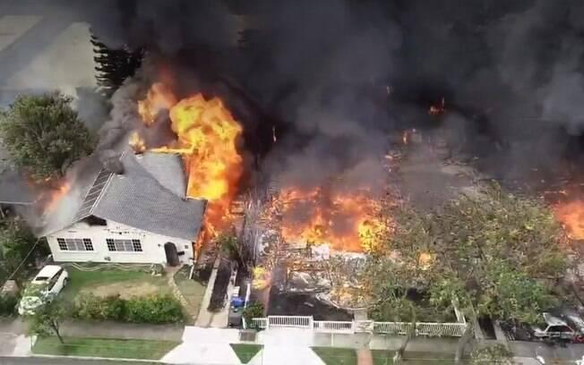 Nas imagens, captadas por um drone, é possível ver a extensão do incêndio causado pelo idoso