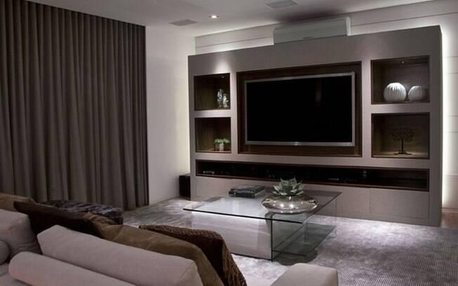 A iluminação bem pensada neste home theater de Cristina Barbara garante aconchego e a eliminação de reflexos na tevê