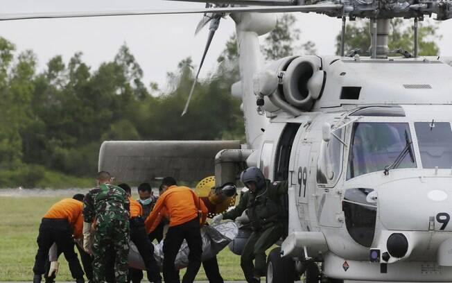 Membros da equipe de resgate descarregam corpo de uma vítima da AirAsia no aeroporto de Pangkalan Bun, Indonésia (9/01)