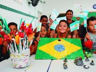 Nações. Sala de artes da escola Sérgio Miranda é a maior agitação com a produção de objetos ligados à Copa com materiais recicláveis