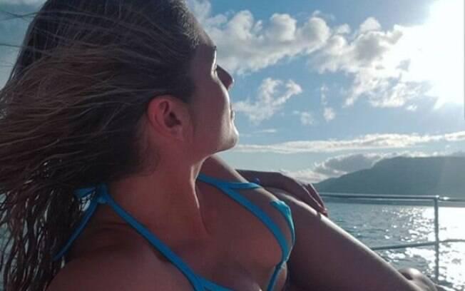 Lívia Andrade adora dividir seus momentos de lazer e sempre publica cliques de biquíni no Instagram