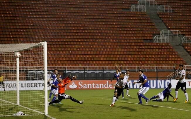 Momento em que o peruano Paolo Guerrero  marcou o primeiro gol do Corinthians, diante das  arquibancadas vazias do Pacaembu