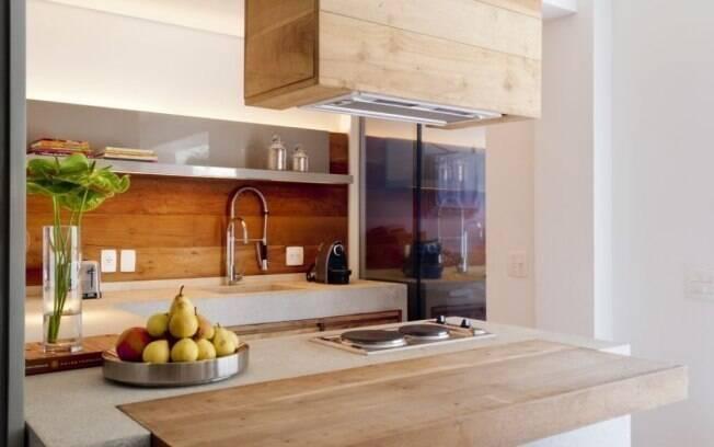 Para ampliar o espaço da cozinha, o arquiteto Toninho Noronha inseriu cooktop, forno e coifa na ilha