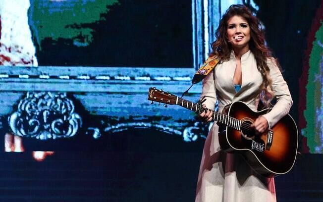 A cantora subiu ao palco usando um casaco