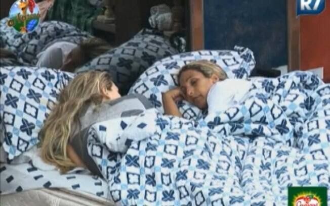Valesca Popozuda e Joana Machado conversam sobre Gui na cama