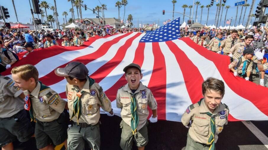 Escoteiros da Boy Scouts of America carregam bandeira em desfile comemorativo ao 4 de julho