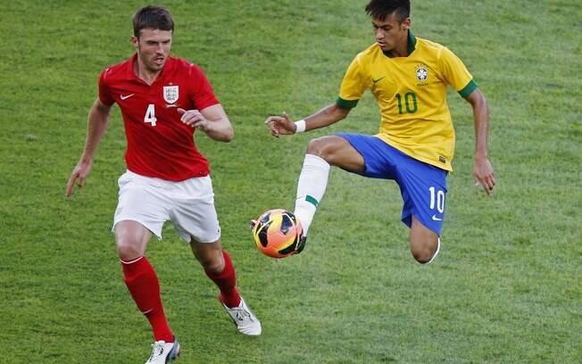 Neymar domina a bola na frente de Carrick