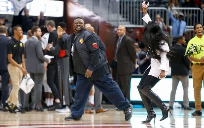 Torcedor do Atlanta Hawks levou para casa R$ 33 mil pós acertar cesta do meio da quadra em intervalo de partida da NBA