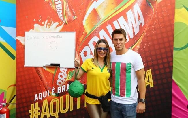 Ao lado do namorado, Danielle Winits se veste de Brasil para assistir ao jogo Espanha X Chile