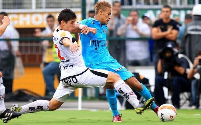 Neymar tenta escapar da marcação do Paulista