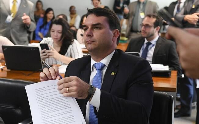 Flávio Bolsonaro se defende dizendo que estão tentando atacar a sua imagem para atacar o governo do seu pai