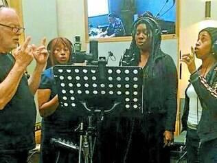 """Estúdio. David Gilmour trabalha com vocalistas de apoio no estúdio as canções adicionais de """"The Endless River"""""""