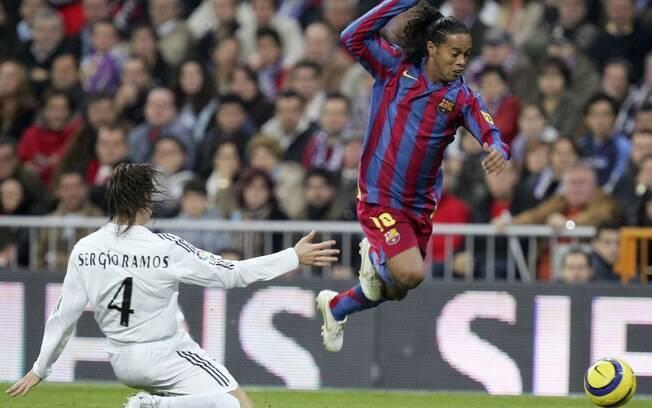 Ronaldinho escapa de Sergio Ramos na vitória  por 3 a 0 em novembro de 2005. Com grande atuação,  brasileiro foi aplaudido pela torcida adversária