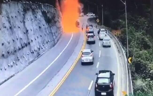 Caminhão explodiu após tombar na via