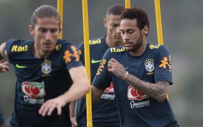 Neymar se machuca durante treinamento da seleção e deixa o campo mancando.